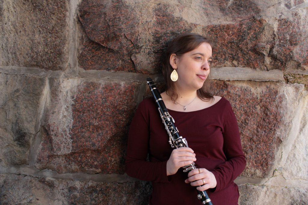 Therese håller en Buffet klarinett